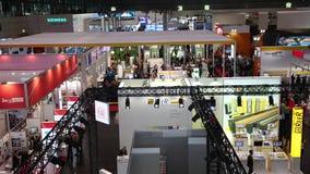 陈列立场的Messe的访客和摊公平在汉诺威,德国 股票视频
