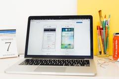陈列苹果计算机薪水和3d接触的苹果电脑网站 库存图片