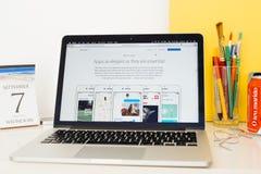 陈列iOS 10的苹果电脑网站 免版税图库摄影