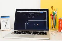 陈列iPhone 7双重照相机的苹果电脑网站 免版税库存照片
