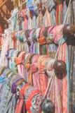 陈列minimarket妇女` s五颜六色的围巾街道  免版税库存照片