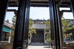 陈家祠,一个著名旅游胜地在广东,中国,是在门盘区的一个精美雕刻和门结构 免版税库存照片