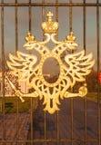 陈述在公园Tsaritsino的篱芭的俄国二重带头的老鹰 免版税库存照片