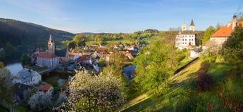 陈述城堡Rozmberk nad Vltavou南波希米亚和教会panoramatic (全景)视图 库存图片