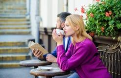 陌生人遇见成为的相识 见面人第一个日期 结合大阳台饮用的咖啡 偶然集会相识 免版税库存图片