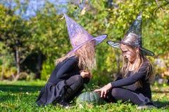 降一个咒语的小女孩在巫婆的万圣夜 库存图片