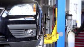 降下在汽车修理车库的推力的汽车 影视素材