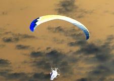 降伞天空 反向 免版税库存图片