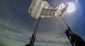 降伞开头,当skydive在蓝天时 库存图片