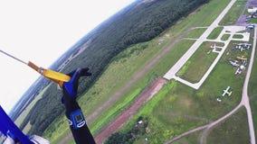 降伞着陆的专业跳伞运动员在绿色领域 低高度 极其 影视素材