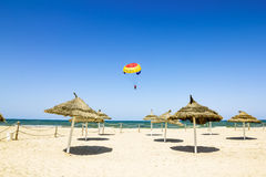 降伞飞行在地中海和海滩Tu 免版税库存照片