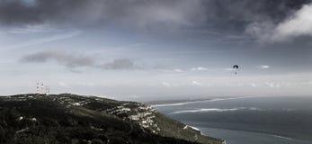 降伞飞行远离海岸 库存照片
