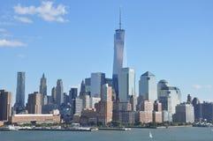 降低与世界贸易中心一号大楼的曼哈顿地平线 免版税库存照片
