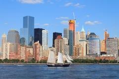 降低与帆船,纽约,美国的曼哈顿都市风景 免版税库存图片