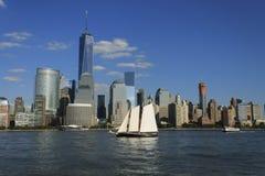 降低与帆船,纽约,美国的曼哈顿都市风景 免版税库存照片
