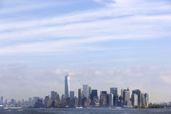 降低与从s看见的蓝天和云彩的曼哈顿地平线 库存图片