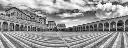 降低圣法兰西斯,阿西西,意大利大教堂的广场  免版税库存图片