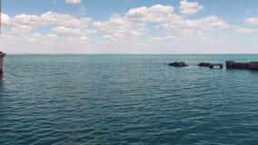 降低在水上在老具体防堤和小帆柱附近 股票视频