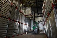 降低容器的叉架起货车 库存照片
