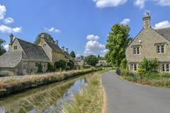 降低屠杀, COTSWOLDS,格洛斯特郡,英国Cotswold石头村庄在夏天下午阳光下 图库摄影