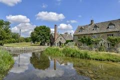 降低屠杀, COTSWOLDS,格洛斯特郡,英国Cotswold石头村庄在夏天下午阳光下 库存图片
