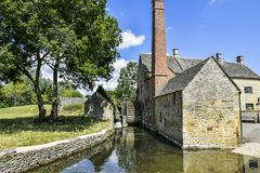降低屠杀, COTSWOLDS,格洛斯特郡,英国Cotswold石头村庄在夏天下午阳光下 免版税库存照片