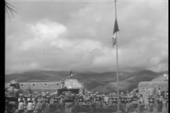 降低旗子的外国军队纪念死者 股票视频