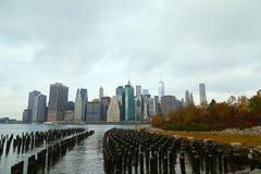 降低曼哈顿全景在一个多云早晨在秋天,纽约,美国 免版税库存图片