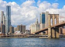 降低曼哈顿和布鲁克林大桥,纽约,美国 免版税库存图片