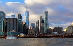降低曼哈顿在纽约,美国背景中  免版税图库摄影