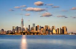 降低曼哈顿摩天大楼在日落 城市新的地平线约克 免版税库存图片