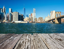 降低曼哈顿从布鲁克林的地平线视图 免版税库存图片