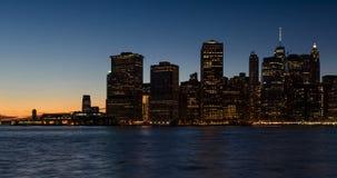 降低曼哈顿财政区摩天大楼和East河在微明 影视素材