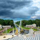 从降低有喷泉的公园的盛大Peterhof宫殿的看法,是 图库摄影