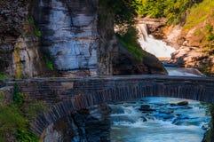 降低秋天和一座走的桥梁横跨Genesee的峡谷 免版税图库摄影