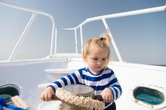 降低船锚 冒险男孩水手旅行的海 与绳索的儿童逗人喜爱的水手帮助乘快艇弓 男婴享用 免版税图库摄影