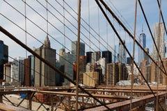 降低从布鲁克林大桥观看的曼哈顿,纽约,美国 库存图片