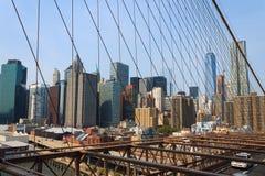 降低从布鲁克林大桥,纽约,美国的曼哈顿都市风景 免版税图库摄影