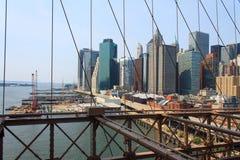降低从布鲁克林大桥,纽约,美国的曼哈顿都市风景 图库摄影