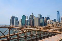 降低从布鲁克林大桥,纽约,美国的曼哈顿都市风景 库存照片
