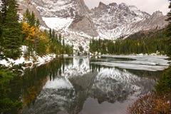 降低Tombstone在卡纳纳斯基斯国家亚伯大山麓小丘的湖风景 免版税库存照片