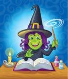 降咒语的逗人喜爱的女孩巫婆 免版税库存图片