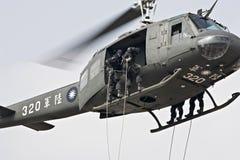 降序直升机绳索 免版税库存照片