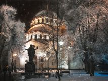 降雪和树冰在圣徒Sava大教堂在贝尔格莱德 库存图片