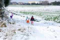降雪在城市 雪的孩子 库存照片