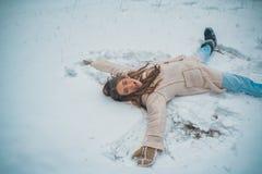 降雪的冬天秀丽时尚概念 享受自然冬天 雪的美女 冬天心情 免版税库存图片