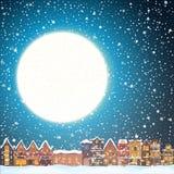 降雪的圣诞节房子在晚上 与镇地平线、飞行圣诞老人和鹿的愉快的假日贺卡 库存图片