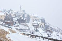 降雪的瓜达区村庄,更低的Engadine, Graubunden;瑞士 免版税图库摄影