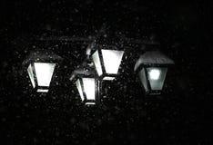 降雪的1月夜 街道枝形吊灯光 免版税图库摄影