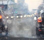 降雪路在晚上在城市 免版税库存照片